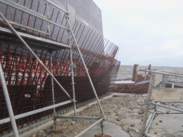Temporal en Galicia: Las olas destrozan el puerto exterior de Punta Langosteira